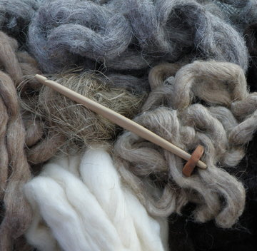 Authentic fleece and flax for producing period specific threads. | ©Weorod 2016