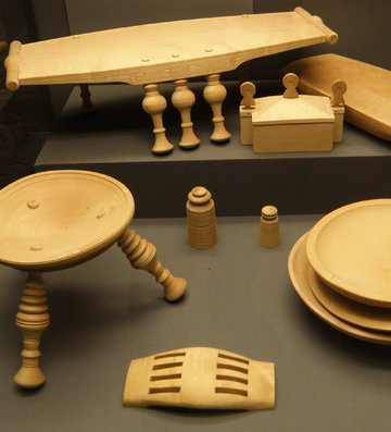 Replicas of archaeological finds of furniture and tableware. | ©Weorod 2016